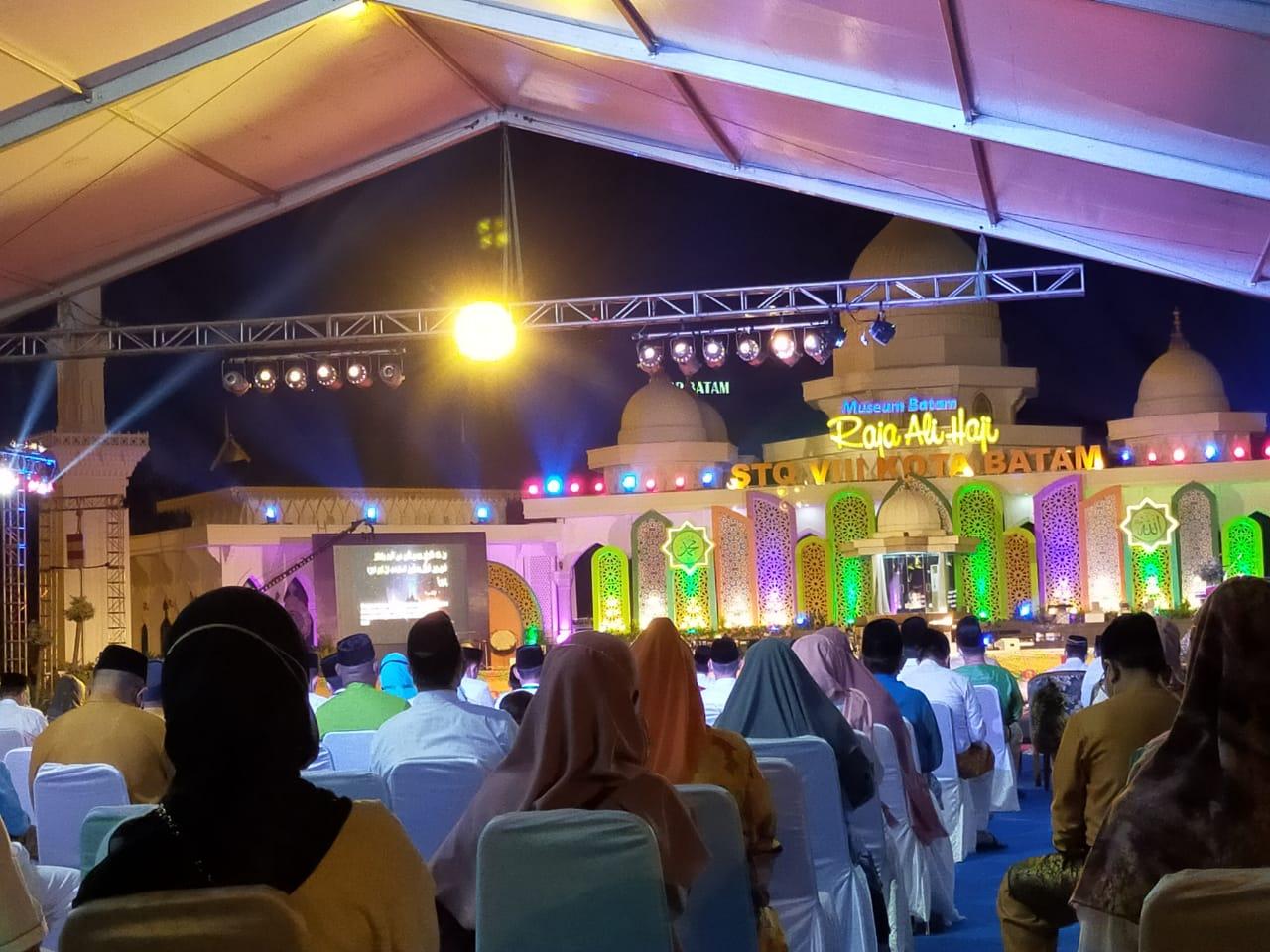 Menghadiri pelaksanaan STQ VIII Kota Batam di Dataran Engku Putri, Batam Centre.