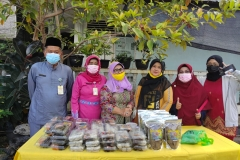 Mendampingi Poklahsar dalam kegiatan Pasar Tani di Dinas Ketahanan Pangan dan Pertanian.